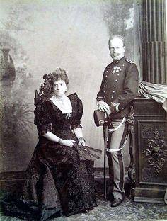Rainha D. Maria Pia e príncipe D. Afonso no estudio de Le Lieure em 1893