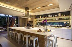 küche mit kochinsel-design ideen-akzentvolle beleuchtung-lichtleiste