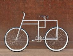 The BauBike is inspired by Bauhaus design. It is constructed around the geometric shape of the square and the equilateral triangle. The design is stripped down to clean lines and raw material. Bicycle Art, Bicycle Design, Cool Bicycles, Cool Bikes, Vw Minibus, Arte Lowrider, Design Bauhaus, Bauhaus Style, Velo Vintage
