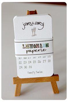 Este listado incluye: pequeño calendario de 12 meses 1-dulce cada mes mide 2 x3.5. caballete madera 1  Este calendario es impreso en papel prensa de 130 libras peso pesado letra cremoso y añadir la cantidad justa de brillo.  Por favor convo nosotros si usted necesita una cantidad diferente:)  Por favor espere 5-7 días (sobre el pago recibido) para que su calendario en su camino a usted.   Copyright 2010-2012 limonada Paperie