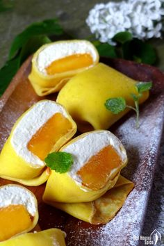 Hong Kong Style Mango Pancake - Fresh mango chunk topped with fluffy whipped cream, then wrapped with a thin, moist and elastic crepe, pillow-shaped mango pancake is a dessert to die for. Mango Dessert Recipes, Mango Recipes, Asian Desserts, Asian Recipes, Sweet Recipes, Delicious Desserts, Yummy Food, Chinese Desserts, Juicer Recipes