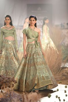 Reynu Taandon at India Couture Week 2019 Indian Bridal Outfits, Indian Designer Outfits, Designer Dresses, Indian Gowns, Indian Attire, Indian Wear, Stylish Dresses, Fashion Dresses, Bridal Lehenga Collection