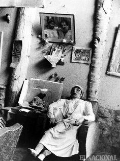 """El castillete de Armando Reverón. La sala común del """"Castillete"""" en Macuto, tal como se contempla en la realidad. Una de las famosas muñecas del pintor, parece esperar el regreso del artista. (RAMON VILLA / ARCHIVO EL NACIONAL)"""