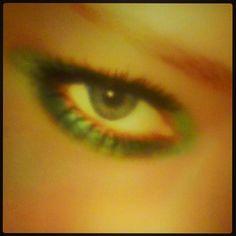 #makeup #occhi Verde Smeraldo. Ingrandisce gli occhi chiari e mette in risalto quelli scuri. Vale la... pinned with Pinvolve