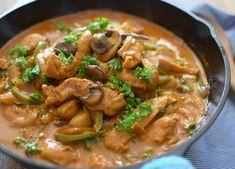 Receta de pollo strogonoff, hecho con setas, aceitunas, salsa de tomate, crema de leche, cebolla y pimentón, fácil y rápido