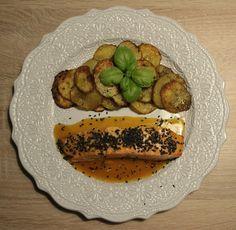 Losos s pomerančovo-medovou omáčkou, černým sezamem a domácími bramborovými chipsy  http://www.naskokvkuchyni.cz/losos-s-pomerancovo-medovou-omackou-cernym-sezamem-a-domacimi-bramborovymi-chipsy/