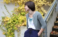 Crop Cardigan / Kort cardigan by Anna & Heidi Pickles A short cardigan, perfect for skirts and high waisted pants. We ́re also planning on using it as a bolero over dresses. Short Sleeve Cardigan, Cropped Cardigan, Knit Cardigan, Gray Cardigan, Cardigan Design, Cardigan Pattern, Knit Shrug, How To Purl Knit, Knit Purl