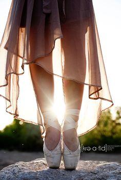 Senior Portrait / Photo / Picture Idea - Girls - Dance / Dancer - Ballet / Ballerina