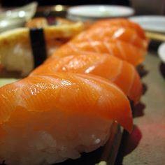 Recetas Japonesas - Nigiri de Salmón Comida India, Asian Recipes, Ethnic Recipes, Sushi, Japanese Food, Tapas, Salmon, Good Food, Gastronomia