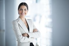 smiling female business leader with arms crossed Frases Cliche, Barack Obama, Camisa Beige, Coach Sportif, Arms Crossed, Professional Wardrobe, Business Professional, Leadership Roles, Personal Injury