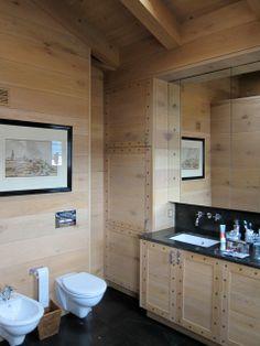 Aquí podemos apreciar lo acogedor que resulta la madera en uno de los baños principales de la vivienda.