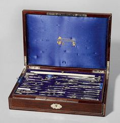A LARGE NAPOLÉON III STEEL AND IVORY DRAWING SET, France, inscribed COMPAS PERCEPTIONNÉS. With ruler, compass, numerous pairs of dividers, ruling pens, etc. In rosewood casket with inlays and owner's inscription A.ROSENTHAL. 41x29x9 cm. Casket with minor losses. <br> <br> <B>GROSSES REISSZEUG,</b></i> Napoléon III, Frankreich.<br>Bez. COMPAS PERCEPTIONNÉS. Stahl und Elfenbein. Mit Lineal, Kompass und zahlreichen Zirkeln, Federn usw. In Palisander-Schatulle eingelegt mit Messing- und…