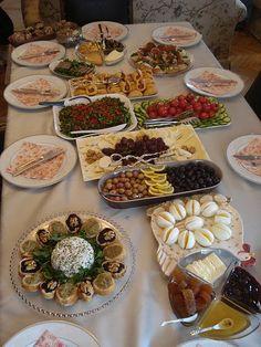 Yine bir kahvaltı sofrası. Bu kez kardeşlerim ve yeğenlerim içinhazırladım. Zeytin ezmeli ekmekler, Lor Salatası ve peynir tabağı....