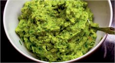 How to keep guacamole from turning brown. Here is the secret: Dissolve cup sea salt in 2 cups of water. Add the peeled and stoned avocados to the salt water, and leave them in for about 5 minutes. Drain the water and transfer the avocados to a clean bowl. Paleo Sauces, Paleo Recipes, Whole Food Recipes, Great Recipes, Cooking Recipes, Favorite Recipes, Side Recipes, Potato Recipes, Vegetable Recipes
