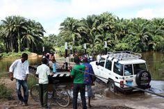 … zwłaszcza, gdy szlak przecina rwąca rzeka. Na drugą stronę można przeprawić się tylko napędzanym ręcznie promem. www.unicef.pl/pomagam © UNICEF/Z.Dulska Toyota, Street View, Sierra Leone