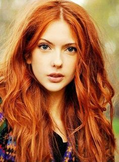 Les cheveux roux et le visage de cette femme lui donnent l'air d'écureil surpris en pleine forêt ! http://macouleurdecheveux.fr/couleurs-cheveux/coloration-rousse/