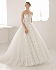 Deixe-se surpreender por este vestido de noiva super romântico. De estilo princesa com um insinuante decote e umas bonitas costas ilusão com adornos. Coleção 2018 Rosa Clará.