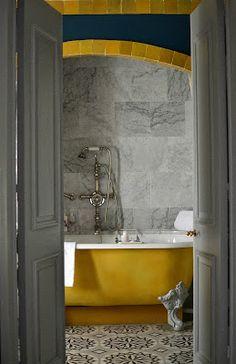 bella la vasca gialla e il pavimento, l'arco colorato non mi piace