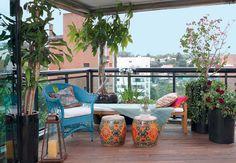 """Azul, verde, vermelho e rosa se misturam nas espécies e móveis, formando um colorido diário na varanda do paisagista Odilon Claro, da Anni Verdi. """"É o lugar mais privilegiado da casa e a cor deixa o ambiente ainda mais interessante"""", afirma"""