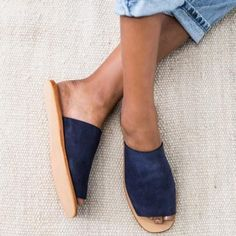 Made from the softest Suede, Suede lining and a rubber non-slip sole. The Yuka Navy Suede Slide is the ultimate go anywhere shoe for summer. Effortless for sunny days to balmy nights. SIZE CHART Please note this is a guide and measurements may vary slightly. EU SIZE US SIZE LENGTH OF SOLE (THE MEASURMENT OF THE SOLE OF THE SHOE) 35 6 24 CM'S 36 7 24....
