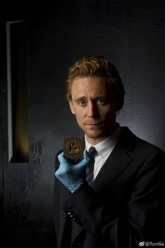 #TomHiddleston holds the original 600-year-old Henry V seal. Tom Hiddleston at the Shakespeare exhibition at The British Museum, London, UK. 22 June 2012. Source: Torrilla (https://m.weibo.cn/status/4261446155599004 ) #Shakespeare #HenryV