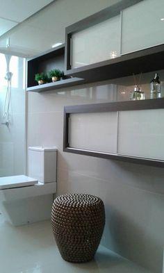 Nicho - Vegetação - Armário Porta de Vidro Branca - Porcelanato Parede. Banheiro - Residência L. Donatti