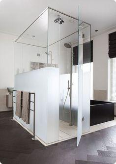 Salle de bains avec cabine de douche