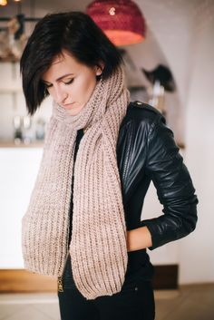 Chunky Knit Scarf. FREE KNITTING PATTERN. Check it now or save for later.