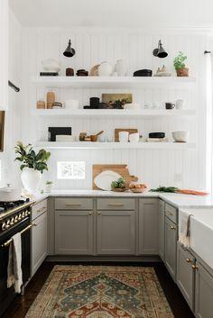 English country kitchens - Kitchen Organization Tips to Bookmark If You Have Zero Storage – English country kitchens Classic Kitchen, Kitchen Modern, Rustic Kitchen, Minimal Kitchen, Modern Farmhouse, Modern Kitchens, Small Kitchens, Kitchen Small, Modern Kitchen Inspiration