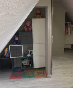 Andere hoek van de babykamer met kasten van Ikea, om kledij en lakens in te stoppen.Was voorheen zolder. babyroom in the attic with Ikea furniture