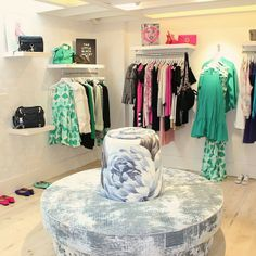 shelving and hanging space Garage Boutique, Boutique Shop Interior, Boutique Decor, Shop Interior Design, Store Design, Boutique Clothing, Fashion Boutique, Small Boutique Ideas, Khadra