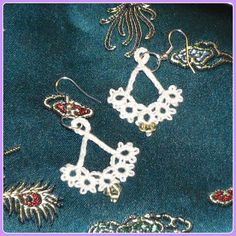 Floret earrings from Craftsy tatting course, in white Tatting, Crochet Earrings, Make It Yourself, Personalized Items, Bracelets, Creative, Pattern, Cards, Jewelry