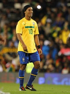 Ronaldinho one of the Best of all time. Club Football, Football Icon, World Football, Good Soccer Players, Best Football Players, National Football Teams, Fifa, Real Madrid, E Sport