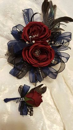 Navy and black corsage set from Hen House Designs www.henhousedesigns.net Homecoming Flowers, Homecoming Corsage, Prom Flowers, Diy Flowers, Fabric Flowers, Prom Corsage And Boutonniere, Corsage Wedding, Boutonnieres, Diy Corsages