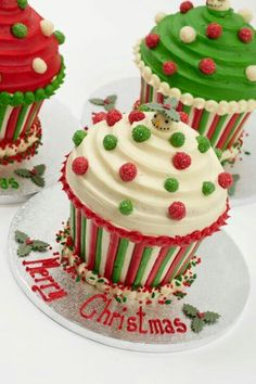 Perfect for Christmas babies like mine! Christmas Cupcake Cake, Christmas Themed Cake, Christmas Cake Designs, Christmas Deserts, Christmas Candy, Christmas Baking, Pastel Cupcakes, Giant Cupcakes, Fun Cupcakes