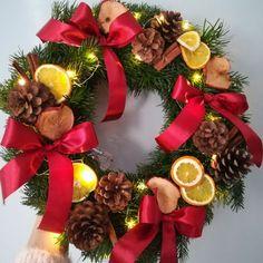 jak zrobić wieniec świąteczny bożonarodzeniowy Christmas Wreaths, Christmas Decorations, Xmas, Holiday Decor, Diy, Home Decor, Christmas Garlands, Yule, Homemade Home Decor
