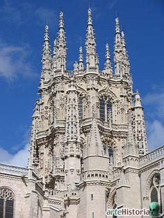 Catedral de Burgos, España.   Cimborrio (Juan de Vallejo): Cuatro torres adosadas y rematadas por esbeltas agujas refuerzan el impacto visual del tambor central. En cada uno de sus ocho lados se abren dos grandes ventanales amainelados que permiten una intensa iluminación del interior. El estilo renacentista plateresco se conjuga con el gótico final, el cual se manifiesta en su minucioso programa decorativo y en la verticalidad originada por sus numerosos pináculos y chapiteles.