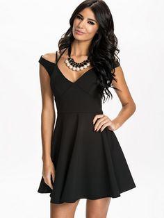 http://nelly.com/pl/odziez-dla-kobiet/odziez/sukienki-wieczorowe/nly-one-1115/off-shoulder-strap-dress-115116-14/