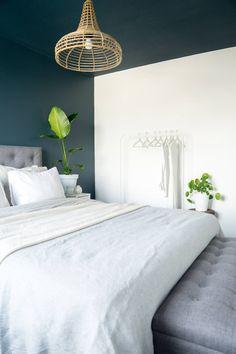 Licetto in de kleur steel blue en silk white: slaapkamer door pure & original Dream Bedroom, Home Bedroom, Master Bedroom, Bedroom Decor, Teen Girl Rooms, College Room, Blue Rooms, New Room, Interior Inspiration