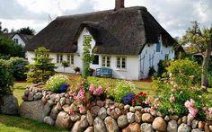 A Thatched Roof Irish Cottage pieces) Irish Cottage, Cozy Cottage, Cottage Homes, Cottage Style, Diy Backyard Fence, Diy Fence, Fence Ideas, Cerca Diy, Rustic Fence