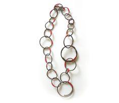 Chaîne ressorts et ligatures, Marianne Anselin. Fer rouillé, nylon teinté, argent. En vente à la Galerie Bettina Flament.