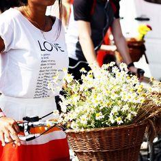 LOVE POST ❤️ #emmetrend #fashionista #fashionblogger #streetstyle #streetchic #tshirt #flower #stripes #blogger #moda