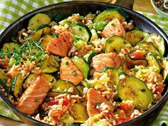 Leichtes Alltagsgericht: Lachspfanne mit Zucchini - Zucchini-Lachs-Pfanne La mejor imagen sobre healthy dinner recipes para tu gusto Estás buscando al - Shrimp Recipes, Fish Recipes, Pan Light, Zucchini Carbonara, Healthy Drinks, Healthy Recipes, Clean Eating, Healthy Eating, Everyday Dishes