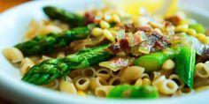 Enkle pastaretter får vi ikke nok av. Her er en kul variant med asparges og bacon.