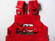 VRUUMMM...!  Macacãozinho estampado CARROS, da Pixar  Macacão infantil unissex, confeccionado em sarja vermelha, com estampa pintada à mão (tinta acrílica para tecido, lavável e hipoalergênica) no tema Carros, da Pixar . Produzido de forma artesanal, possui 5 bolsos, protege os joelhinhos e é super anatômico (cresce junto com o bebê, proporcionando uma maior durabilidade).   R$ 79,90