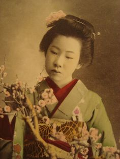 vintage geisha | Lovely Vintage Japanese Geisha girl w/flowers postcard japan