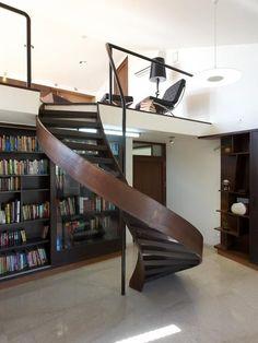 Loft com escada helicoidal em madeira escura. http://www.decorfacil.com/modelos-de-lofts-decorados/