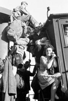 Nach der Währungsreform 1948: Menschen halten sich außen zwischen zwei Zugwaggons fest, um zum Hamstern ins Umland zu gelangen
