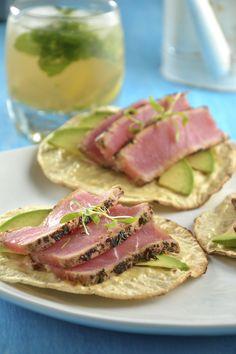 No hay botana más sabrosa que las tostaditas de atún sellado con vinagreta de naranja y soya, es una preparación sencilla, diferente y que no te quita mucho tiempo cocinarla. La salsa de soya que se prepara para ésta receta es espectacular.