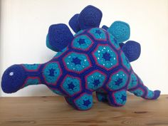 Crochet dinosaur. In the serrations there are a folded piece if cooking bag, so they crack when touched. ❤️ 2014 - Martha